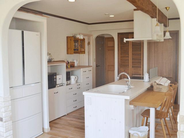 冷蔵庫専用スペースのあるオープンなキッチン。天然木製オリジナルカウンター付き
