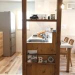 キッチンの木製飾り棚