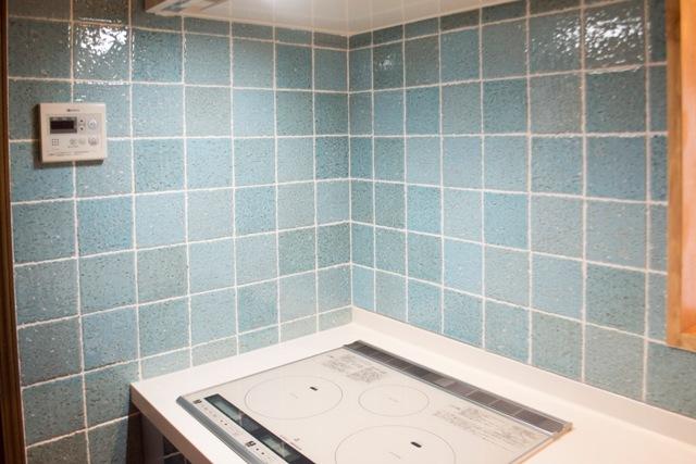 ブルー色のキッチンタイル張り