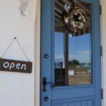 ジェニュイン事務所青い木製扉
