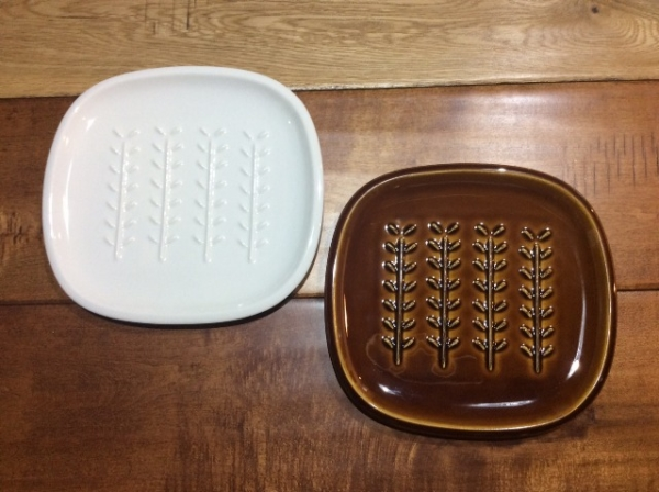 リーフ柄がかわいいパン皿