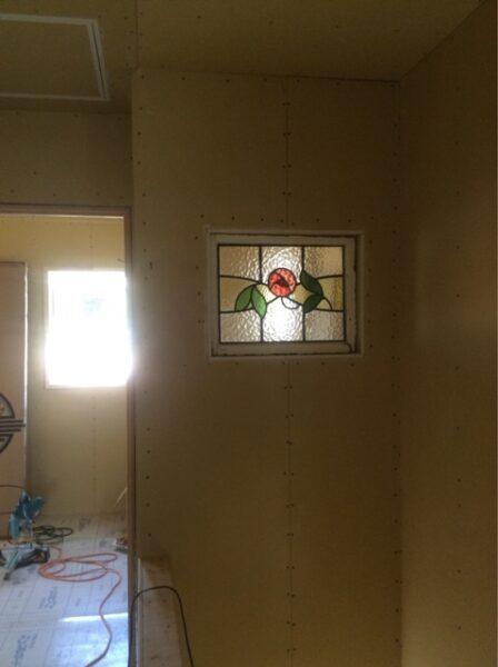 ステンドグラス 新築工事 壁埋め込み 薔薇柄