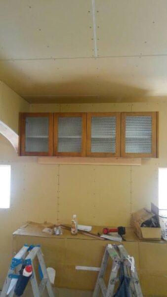 吊戸棚 無垢材 チェッカーガラス