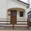 かっこかわいい木製ドアとアーチ壁