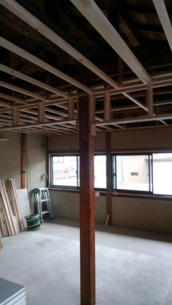 丸太貼りが隠れて天井を造っていきます