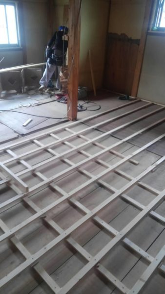 押入れの天袋も解体してクローゼットを造ります