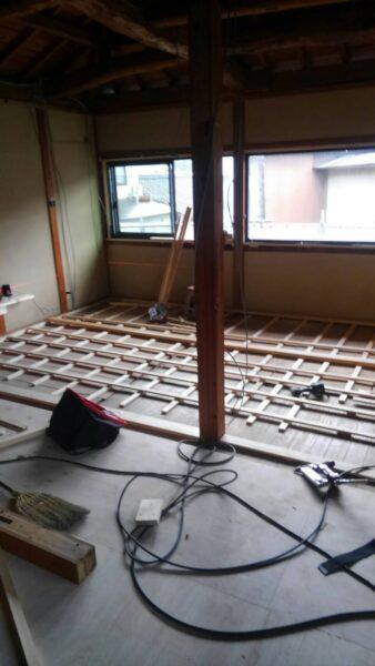 奥の部屋の床