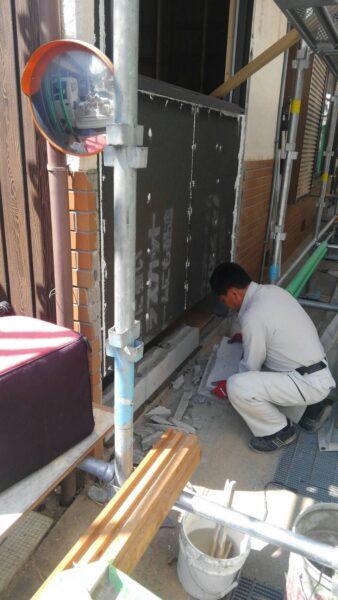 モルタルの下地材を貼り、ブロックを積んでいく