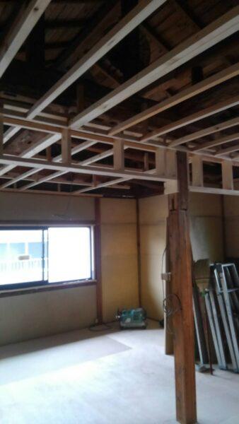 天井と新しく扉を入れるための壁を造ります