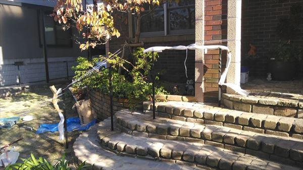 レンガのアプローチ階段にアイアン手すりを設置完了