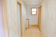 床と壁の木目が素敵な2F廊下