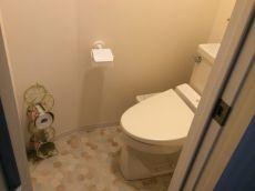 床タイルが優しい雰囲気のトイレ