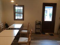 落ち着いた色合いの小窓と建具を新設
