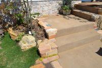 アンティークレンガと芝生の組み合わせの外構