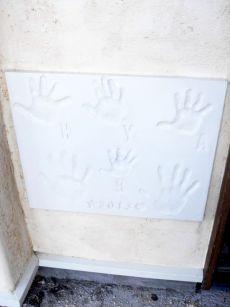 ジェニュインお馴染みの玄関脇にはご家族の手形