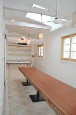 一枚板テーブルが素敵な3階カフェスペース