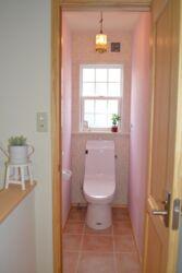 可愛い内装の2階のトイレ