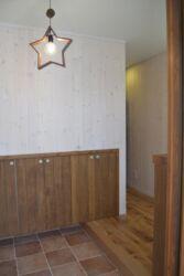 板張りの壁と照明が可愛い玄関