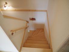 1階とは少し印象が変わる階段