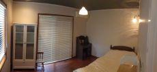 アンティーク家具となじむシンプルながら落着きある洋室