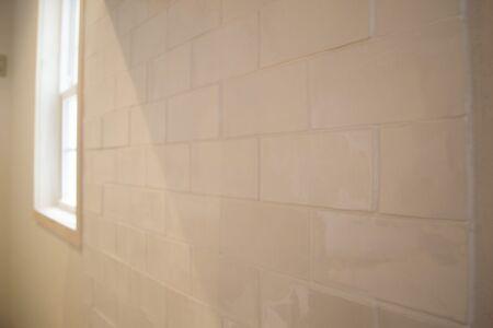 白いタイルのキッチン壁