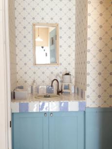 ブルーで統一されたトイレの洗面台
