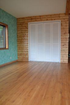 白い木製クローゼット扉