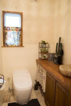 造作洗面台のナチュラルなトイレ