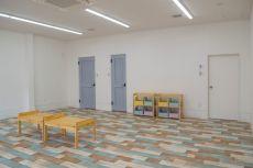 店舗リフォーム かわいい床と扉 児童施設