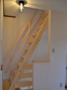 2階から3階へはパイン材のはしご