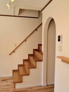 アーチと階段の図形的な眺めが楽しい