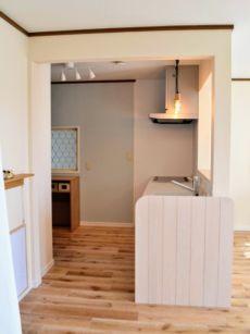 木製壁がかわいいキッチン