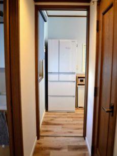 廊下からキッチンへの眺め